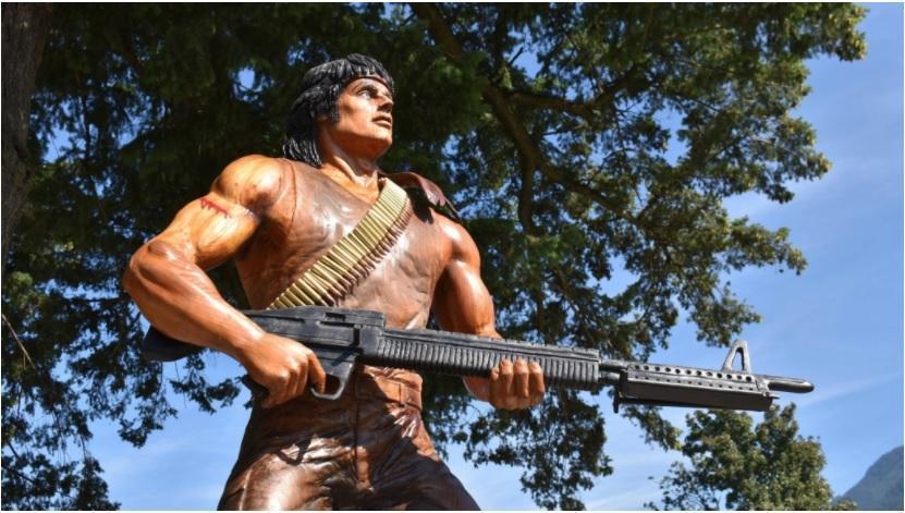 سیلوستر استالون به مجسمه جدیدرمبو در بریتیش کلمبیا افتخار می نماید